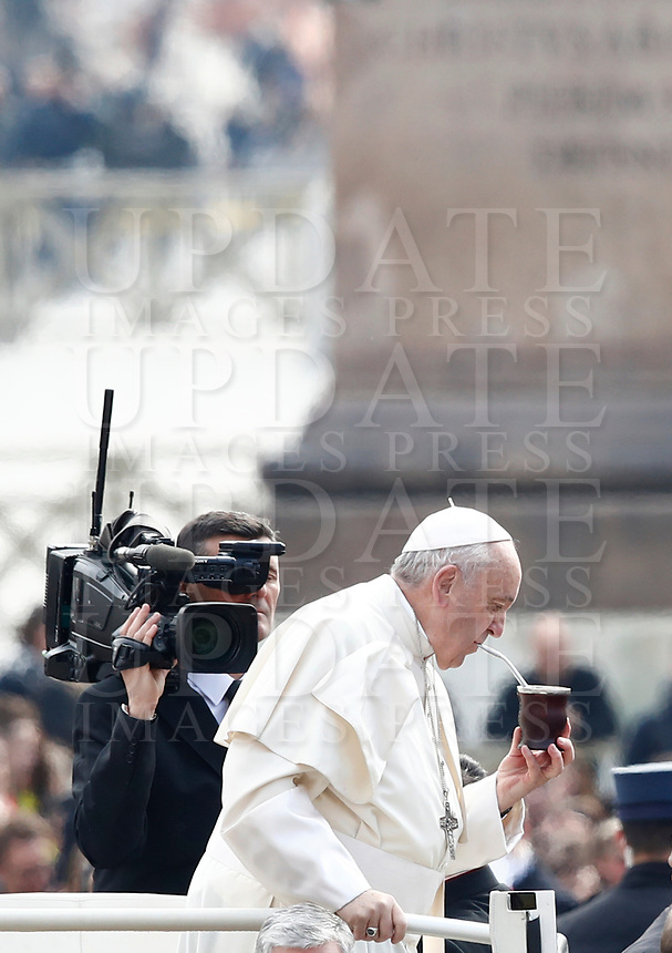 Papa Francesco beve un mate datogli da un fedele al suo arrivo all'udienza generale del mercoledi' in Piazza San Pietro, Citta' del Vaticano, 28 marzo, 2018.<br /> Pope Francis drinks a mate given by a faithful as he arrives to lead his weekly general audience in St. Peter's Square at the Vatican, on March 28, 2018.<br /> UPDATE IMAGES PRESS/Isabella Bonotto<br /> <br /> STRICTLY ONLY FOR EDITORIAL USE