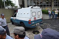 SANTO ANDRE, SP, 16 DE FEVEREIRO 2012 - JULGAMENTO LINDEMBERG ALVES - CASO ELOA -Carro de  Lindemberg Alves, de 25 anos, pode prestar depoimento, no quarto dia do júri do caso Eloá. Ele é acusado pela morte da ex- namorada Eloá Cristina Pimentel, de 15 anos, em um conjunto habitacional de Santo André, em outubro de 2008. (FOTO: ADRIANO LIMA - BRAZIL PHOTO PRESS).