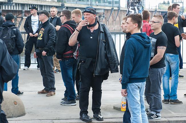 Am Samstag den 26. April 2014 versuchte die Neonazipartei NPD in Berlin erneut einen Aufmarsch durch den Stadtteil Kreuzberg. 6.000 Menschen protestierten mit diversen Blokade dagegen und verhinderten, dass die ca 70 Neonazis weiter als 150m laufen konnten.<br /> So war nach 3 Minuten Marsch f&uuml;r die NPD Schluss und die Neonazis mussten zum Startpunkt am S-Bahnhof Jannowitzbruecke umdrehen. Auch wenn ueber den NPD-Lautsprecherwagen mehrfach behauptet wurde, die Demonstration sei in Kreuzberg, ist doch richtig, dass die Neonazis sich nur in Berlin-Mitte befanden.<br /> Bildmitte: Der Dortmunder Neonazifuehrer Siegfried &quot;SS-Siggi&quot; Borchard.<br /> 26.4.2014, Berlin<br /> Copyright: Christian-Ditsch.de<br /> [Inhaltsveraendernde Manipulation des Fotos nur nach ausdruecklicher Genehmigung des Fotografen. Vereinbarungen ueber Abtretung von Persoenlichkeitsrechten/Model Release der abgebildeten Person/Personen liegen nicht vor. NO MODEL RELEASE! Don't publish without copyright Christian-Ditsch.de, Veroeffentlichung nur mit Fotografennennung, sowie gegen Honorar, MwSt. und Beleg. Konto:, I N G - D i B a, IBAN DE58500105175400192269, BIC INGDDEFFXXX, Kontakt: post@christian-ditsch.de<br /> Urhebervermerk wird gemaess Paragraph 13 UHG verlangt.]