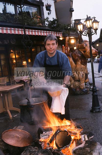 """Europe/France/Rhône-Alpes/74/Haute-Savoie/Morzine: Thierry Thorens Chef du restaurant """"La Chamade"""" vend tous les soirs sa soupe de montagne à emporter [Non destiné à un usage publicitaire - Not intended for an advertising use] [Non destiné à un usage publicitaire - Not intended for an advertising use]"""