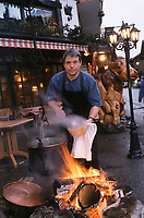 "Europe/France/Rhône-Alpes/74/Haute-Savoie/Morzine : Thierry Thorens Chef du restaurant ""La Chamade"" vend tous les soirs sa soupe de montagne à emporter [Non destiné à un usage publicitaire - Not intended for an advertising use] [Non destiné à un usage publicitaire - Not intended for an advertising use]"