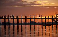 Asie/Birmanie/Myanmar/Haute Birmanie/Env Mandalay/Amarapura: Le Pont de U Bein au soleil couchant sur le lac Tangtaman