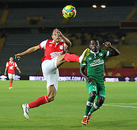 BOGOTA -COLOMBIA. 15-02-2014. Juan Roa  (Izq) de Independiente Santa Fe  disputa el balon contra Casierra del Deportivo Cali  partido por la quinta fecha de La liga Postobon 1 disputado en el estadio Nemesio Camacho El Campin. /   Juan Roa (L)  of Independiente Santa Fe  fights the ball against Casierra del Deportivo Cali  during the match for the fifth round of The Postobon one league match at Nemesio Camacho El Campin  Stadium . Photo: VizzorImage/ Felipe Caicedo / Staff