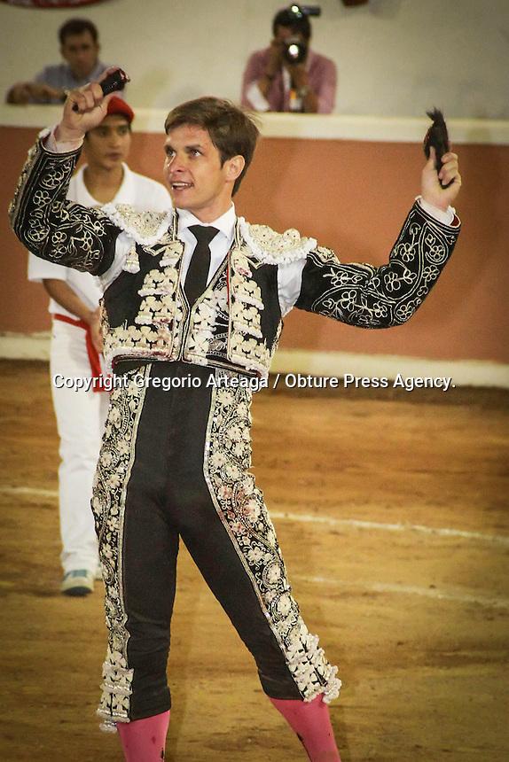 Quer&eacute;taro, Qro; 08 de febrero de 2014.- Plaza llena en Provincia Juriquilla, donde el mano a mano de esta tarde result&oacute; con tres orejas para Joselito Adame, dos para el Juli, un reconocimiento para Eloy Cavazos. En el color de la corrida un toro vuelca al picador y le pasa por encima sin lastimarlo.<br />  <br /> <br /> Foto: Gregorio Arteaga / Obture Press Agency.