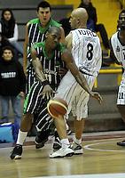 BOGOTA - COLOMBIA - 26-04-2013: Quiroz (Der.) de Piratas de Bogotá, disputa el balón con Aragon (Izq.) de Academia de la Montaña de Medellin, abril 26 de 2013. Piratas y Academia de la Montaña en partido de la quinta fecha de la fase II de la Liga Directv Profesional de baloncesto en partido jugado en el Coliseo El Salitre. (Foto: VizzorImage / Luis Ramírez / Staff). Quiroz (R) of Piratas from Bogota, fights for the ball with Aragon (L) of Academia de la Montaña from Medellin, April 26, 2013. Piratas and Academia de la Montaña in the fifth match of the phase II of the Directv Professional League basketball, game at the Coliseum El Salitre. (Photo: VizzorImage / Luis Ramirez / Staff).