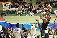 BUCARAMANGA - COLOMBIA - 14 - 05 - 2013: Fernandez de Aguilas de Tunja, en accion, mayo 14 de 2013. Bucaros de Bucaramanga y Aguilas de Tunja en partido de la fecha 16 de la fase II de la Liga Directv Profesional de baloncesto en partido jugado en el Coliseo Vicente Romero Diaz. (Foto: VizzorImage / Jaime Moreno / Str). Fernandez of Aguilas From Tunja, in actions, Mayo 14, 2013. Bucaros from Bucaramanga and de Aguilas from Tunja in the match 16 of the phase II of the Directv Professional League basketball, game at the Coliseum Vicente Romero Diaz. (Photo: VizzorImage / Jaime Moreno / Str)..