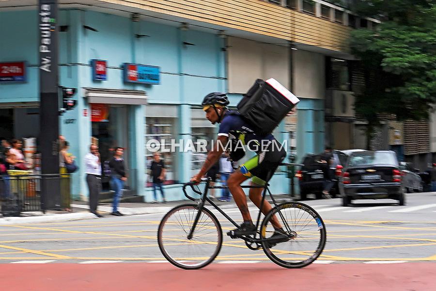 Trabalho, entrega de alimentos. Transporte em bicicleta, Sao Paulo. 2020. Foto Juca Martins