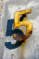 Ziffer Fuenf: EUROPA, DEUTSCHLAND, NORDRHEIN WESTFALEN (EUROPE, GERMANY), 03.11.2013: Ziffer Fuenf als Nummernbezeichnung einer Maschine in der Kokerei Zeche Zollverein