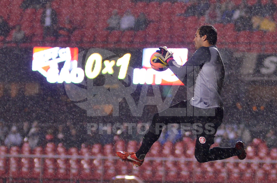 SÃO PAULO, SP, 24 DE JULHO DE 2013 - CAMPEONATO BRASILEIRO - SÃO PAULO x INTERNACIONAL: Muriel durante São Paulo x Internacional, partida antecipada da 12ª rodada do Campeonato Brasileiro de 2013, disputada no estádio do Morumbi em São Paulo. FOTO: LEVI BIANCO - BRAZIL PHOTO PRESS.