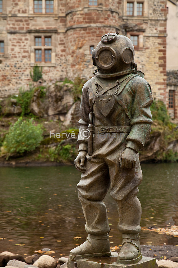 France, Aveyron (12), vallée du Lot, Espalion, étape sur le chemin de Saint-Jacques-Compostelle, statue de scaphandrier au bord du Lot en hommage aux inventeurs espalionnais du scaphandre // France, Aveyron, Lot valley, Espalion, step on el Camino de Santiago, Statue of diver on the banks of the Lot as a tribute to the inventors