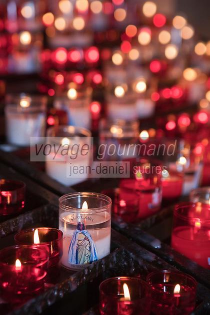 France/13/Bouches du Rhone/Camargue/Parc Naturel Régionnal de Camargue/Saintes Maries de la Mer: Dans la crypte de l'église, lors du Pélerinage les gitans célèbrent Sainte Sara, la Vierge Noire- Détail bougies