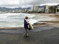 ATEN&Ccedil;AO EDITOR  FOTO EMBARGADA PARA VEICULOS INTERNACIONAIS - RIO DE JANEIRO, RJ 27 DE SETEMBRO 2012 - Nesta manha (27) Ressaca nas praias da cidade do Rio de Janeiro.<br /> Vendedor solitario naPraia de Ipanema<br /> FOTO RONALDO BRANDAO/BRAZIL PHOTO PRESS