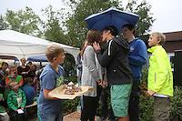 Erste Eheschließung in Sonnenstadt zwischen Lukas und Lilli mit Ringen, Kuchen und Kuss