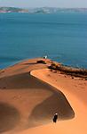Ballade le long d'une crique. Ici, les connaisseurs du désert risquent bien de perdre leur repères. Des dunes gigantesques  tombent à pic dans une eau au bleu profond comme la nuit.