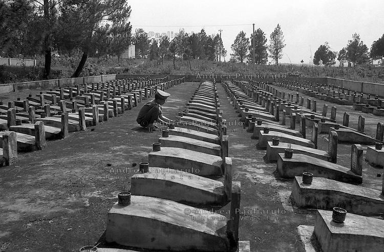 Vietnam, Hue.<br /> Cimitero di guerra.<br /> Vietnam, Hue.<br /> War cemetery.