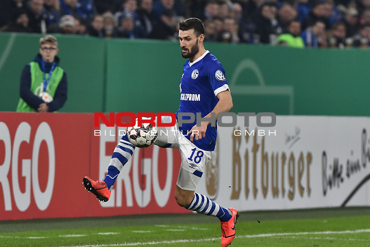 06.02.2019, Veltins-Arena, Gelsenkirchen, GER, DFB-Pokal Achtelfinale, Schalke 04 vs Fortuna Duesseldorf, DFL regulations prohibit any use of photographs as image sequences and/or quasi-video<br /> <br /> im Bild Daniel Caligiuri (#18, FC Schalke 04) Aktion . Einzelbild . Freisteller . mit Ball <br /> <br /> Foto © nph/Mauelshagen