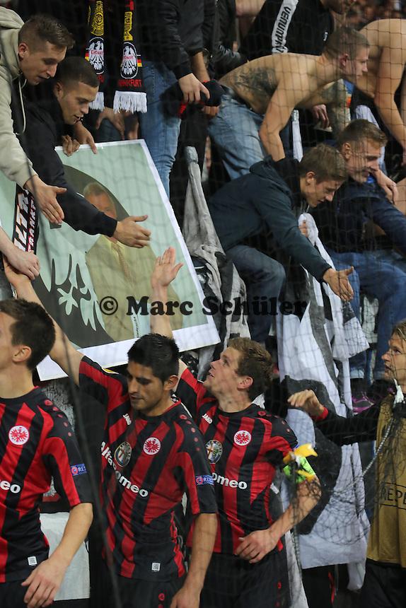 Schlussjubel Sebastian Jung (Eintracht) mit den Fans vor dem Bild von Kurt Schmdt - 1. Spieltag der UEFA Europa League Eintracht Frankfurt vs. Girondins Bordeaux
