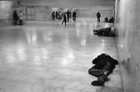 - Roma, emarginati e senza casa alla stazione Termini (Giugno 1989)<br /> <br /> - Rome, marginalized and homeless at Termini station (June 1989)