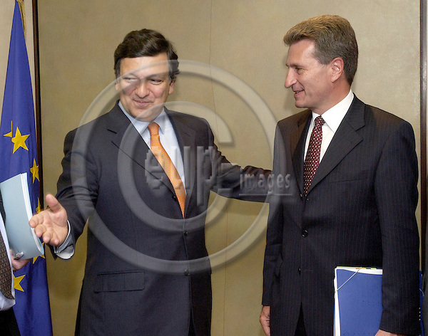Brussels-Belgium - 24 May 2005---The President of the European Commission, Jose (José) Manuel BARROSO (le), receives the newly elected Prime Minister of Baden-Wuerttemberg, Guenther (Günther) OETTINGER (ri) ---Photo: Horst Wagner/eup-images