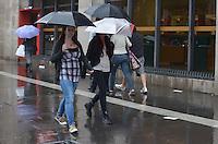 SAO PAULO, 17 DE MARCO DE 2013 - CLIMA TEMPO SP - Paulistano vive tarde chuvosa e de baixas temperaturas, na Avenida Paulista, regiao central da capital, neste domingo, 17. (FOTO: ALEXANDRE MOREIRA / BRAZIL PHOTO PRESS)