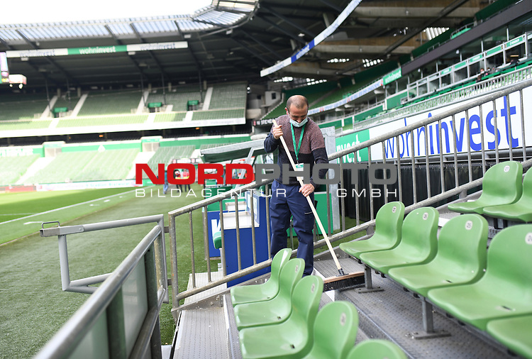 Ein Mitarbeiter fegt die Tribuene.<br /><br />Sport: Fussball: 1. Bundesliga: Saison 19/20: 26. Spieltag: SV Werder Bremen - Bayer 04 Leverkusen, 18.05.2020<br /><br />Foto: Marvin Ibo GŸngšr/GES /Pool / via gumzmedia / nordphoto