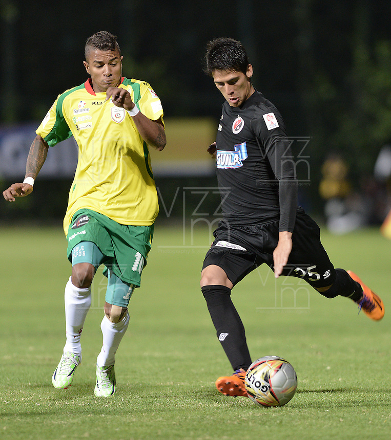 BOGOTÁ -COLOMBIA, 14-01-2015. Yesus Cabrera (Izq) jugador del Real Cartagena disputa el balón con M. Duarte (Der) de Cúcuta Deportivo durante partido por la fecha 1 de los cuadrangulares de ascenso Liga Aguila 2015 jugado en el estadio Metropolitano de Techo de la ciudad de Bogotá./ Yesus Cabrera (L) player of Real Cartagena vies for the ball with M. Duarte (R) player of Cucuta Deportivo during match for the first date of the promotional quadrangular Aguila League 2015 played at Metropolitano de Techo stadium in Bogotá city. Photo: VizzorImage/ Gabriel Aponte / Staff