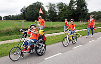 Twentse Rolstoelvierdaagse  met finish in Delden. Handbiken.  Familie van een jonge deelnemer loopt en fietst mee