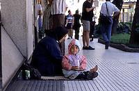 Buenos Aires / Argentinien<br /> Bettelnde Frau mit Kleinkind in der Einkaufsstrasse Florida.<br /> Buenos Aires / Argentina<br /> Begging woman with child in the shoppingstreet Florida.<br /> 21.10.2000<br /> Copyright: Christian-Ditsch.de<br /> [Inhaltsveraendernde Manipulation des Fotos nur nach ausdruecklicher Genehmigung des Fotografen. Vereinbarungen ueber Abtretung von Persoenlichkeitsrechten/Model Release der abgebildeten Person/Personen liegen nicht vor. NO MODEL RELEASE! Nur fuer Redaktionelle Zwecke. Don't publish without copyright Christian-Ditsch.de, Veroeffentlichung nur mit Fotografennennung, sowie gegen Honorar, MwSt. und Beleg. Konto: I N G - D i B a, IBAN DE58500105175400192269, BIC INGDDEFFXXX, Kontakt: post@christian-ditsch.de<br /> Urhebervermerk wird gemaess Paragraph 13 UHG verlangt.]