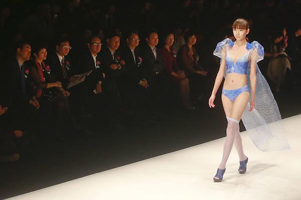 SMA019. PEKÍN (CHINA), 25/10/2012.- Una modelo presenta una creación de la marca china Ordifen hoy, jueves 25 de octubre de 2012, durante la Semana de la Moda Mercedes-Benz China en Pekín (China). EFE/DIEGO AZUBEL
