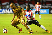BARRANQUIILLA - COLOMBIA, 02-11-2017: Yimmi Chara (Der) del Atlético Junior de Colombia disputa el balón con Patrick (Izq) jugador de Sport Recife de Brasil durante partido de vuelta por los cuartos de final, llave 3, de la Copa CONMEBOL Sudamericana 2017  jugado en el estadio Metropolitano Roberto Meléndez de la ciudad de Barranquilla. / Yimmi Chara (R) player of Atlético Junior of Colombia struggles the ball with Patrick (L) player of Sport Recife of Brazil during second leg match for the final quarters, key 3, of the Copa CONMEBOL Sudamericana 2017played at Metropolitano Roberto Melendez stadium in Barranquilla city.  Photo: VizzorImage/ Alfonso Cervantes / Cont