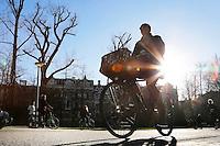 Nederland Amsterdam  2016 17 01.  Fietsen in het Vondelpark.