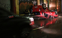 SAO PAULO, SP, 09 DE MARCO 2013 - CAPOTAMENTO - Um veiculo capotou na Rua da Mooca regiao leste da capital paulista na noite deste sabado e nao a informacao sobre vitimas. FOTO: VANESSA CARVALHO  BRAZIL PHOTO PRESS.