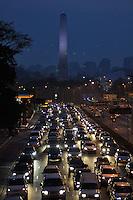 ATENÇÃO EDITOR: FOTO EMBARGADA PARA VEÍCULOS INTERNACIONAIS - SAO PAULO, SP, 06 SETEMBRO DE 2012 – TRANSITO SP - SAÍDA PARA FERIADO– Transito congestionado na Av. 23 de Maio sentido centro, próximo ao Parque do Ibirapuera na tarde desta quinta feira (6) véspera de feriado prolongado. (FOTO: LEVI BIANCO / BRAZIL PHOTO PRESS).