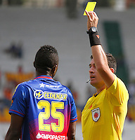 MANIZALES - COLOMBIA, 30-01-2016: Ricardo Garcia, arbitro, muestra la tarjeta amarilla a Yair Arrechea del Pasto durante el encuentro entre Once Caldas y Deportivo Pasto por la fecha 1 de Liga Águila I 2016 jugado en el estadio Palogrande de la ciudad de Manizales./  Ricardo Garcia, referee, swows the yellow card to Yair Arrechea during a match between Once Caldas and Deportivo Pasto for the date 1 of the Aguila League I 2016 played at Palogrande stadium in Manizales city . Photo: VizzorImage / Santiago Osorio / Str
