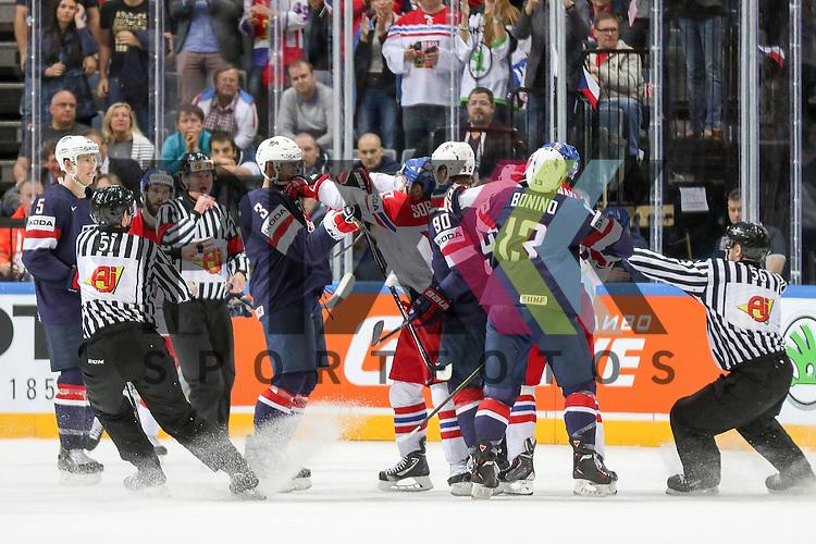 Gerangel und Faustkampf von USAs Jones, Seth (Nr.3)(Nashville Predators) und Tschechiens Sobotka, Valdimir (Nr.17)(Avangard Omsk)  im Spiel IIHF WC15 USA vs. Czech Republic.<br /> <br /> Foto &copy; P-I-X.org *** Foto ist honorarpflichtig! *** Auf Anfrage in hoeherer Qualitaet/Aufloesung. Belegexemplar erbeten. Veroeffentlichung ausschliesslich fuer journalistisch-publizistische Zwecke. For editorial use only.