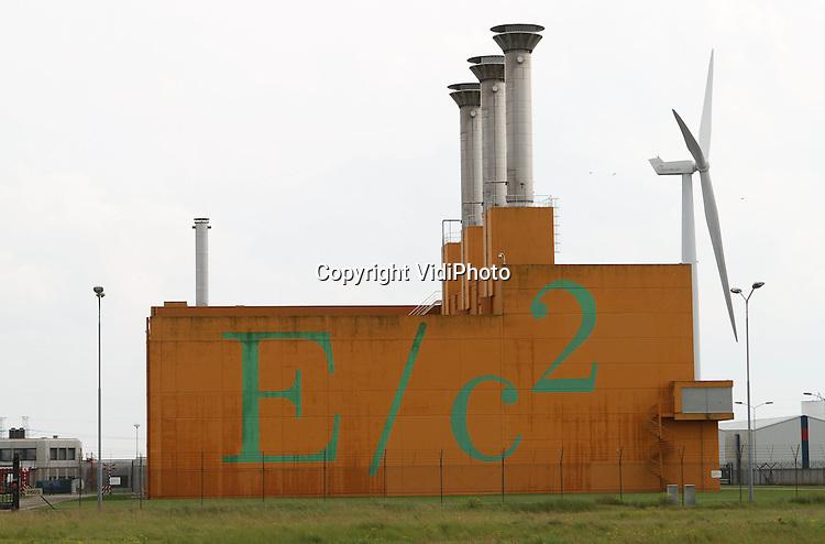 Foto: VidiPhoto..BORSSELE - De vestiging van Covra op het industrieterrein Vlissingen-Oost. Bij Covra wordt radioactief afval uit heel Nederland opgeslagen. Alle bedrijven in Nederland die een vergunning op grond van de kernenergiewet hebben om met radioactieve stoffen te werken, zijn verplicht hun radioactief afval aan COVRA aan te bieden. Om de zorgtaak voor het radioactieve afval te kunnen uitvoeren heeft COVRA een opslag- en verwerkingsfaciliteit gerealiseerd in Zeeland, op het Haven-terrein Vlissingen-Oost in de gemeente Borsele. De totale hoeveelheid radioactief afval die naar verwachting de komende honderd jaar ontstaat, kan ruimschoots worden opgeslagen op het COVRA terrein, dat zo'n 20 hectare groot is.