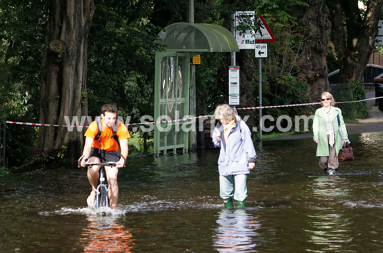 **ALL ROUND PICTURES FROM SOLARPIX.COM**.**NO UK NEWSPAPER PUBLICATION **UK MAGAZINE PUBLICATION ONLY** AND NO PUBLICATION IN FRANCE, SCANDINAVIA, AUSTRALIA AND GERMANY** .Fresh floods have hit Oxford while residents further along the River Thames have been warned that water levels are likely to peak later. Homes were evacuated in Oxford overnight while places including Reading, Henley and Caversham are braced for similar flooding. ..This pic: Oxford floods..JOB REF:   4379      SFE       DATE: 25_07_2007.**MUST CREDIT SOLARPIX.COM OR DOUBLE FEE WILL BE CHARGED* *UNDER NO CIRCUMSTANCES IS THIS IMAGE TO BE REPRODUCED FOR ANY ONLINE EDITION WITHOUT PRIOR PERMISSION*