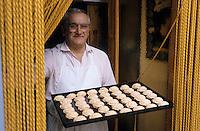 """Europe/Italie/Pouille/Martina Franca : Le pâtissier et ses gâteaux aux amandes au café """"Tripoli"""""""