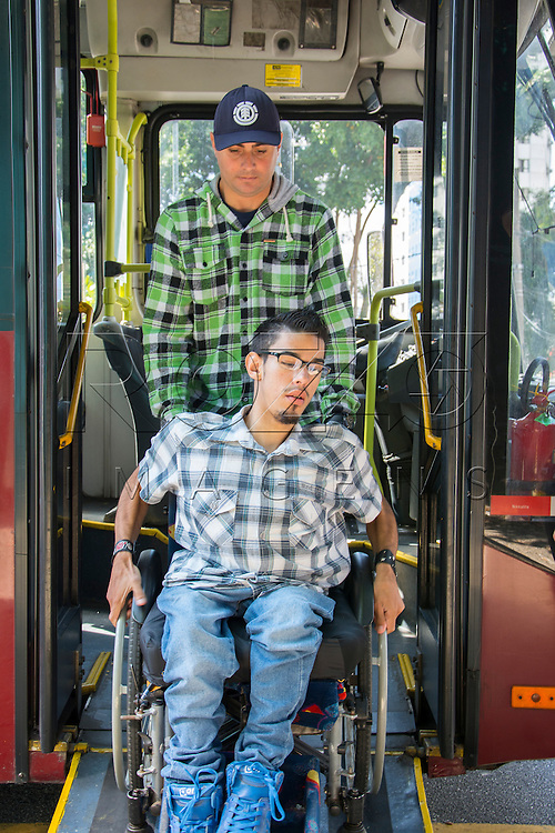 Deficiente físico desembarcando em ônibus adaptado para portadores de necessidades especiais, São Paulo - SP, 07/2016.