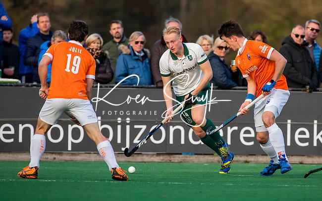 BLOEMENDAAL - Tjep Hoedemakers (Rdam) met Tim Swaen (Bldaal)  tijdens  hoofdklasse competitiewedstrijd  heren , Bloemendaal-Rotterdam (1-1) .COPYRIGHT KOEN SUYK