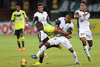 MEDELLIN - COLOMBIA-29-09-2013: Fernando Uribe (Izq.) jugador del Atletico Nacional disputa el balón con Yonni Hinestroza (Der.)jugador de La Equidad durante partido en el estadio Atanasio Girardot de la ciudad de Medellin, septiembre 29 de 2013. Atletico Nacional y La Equidad jugaron partido por la duodecima fecha de las de la Liga Postobon II. (Foto: VizzorImage / Luis Rios / Str). Fernando Uribe (L) player of Atletico Nacional vies for the ball with Yonni Hinestroza (R) player of La Equidad during a match at the Atanasio Girardot Stadium in Medellin city, September 29, 2013. Atletico Nacional and La Equidad in a match for the twelfth round of the Postobon II League. (Photo: VizzorImage / Luis Rios / Str).<br /> / Str).