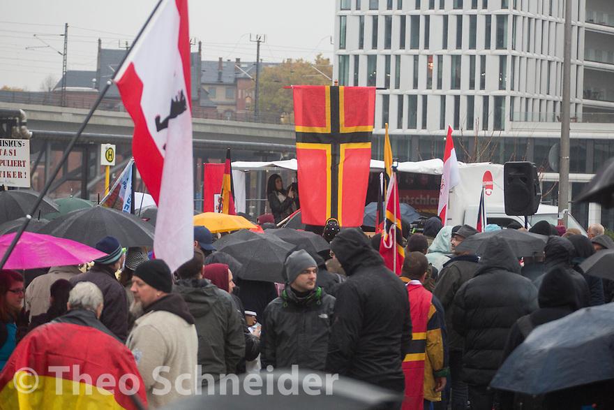 """Lediglich einige hundert Rechte folgten dem Aufruf zum flüchtlingsfeindlichen Aufzug // Rechter Aufmarsch """"Merkel muss Weg!"""" und Gegenproteste in Berlin."""
