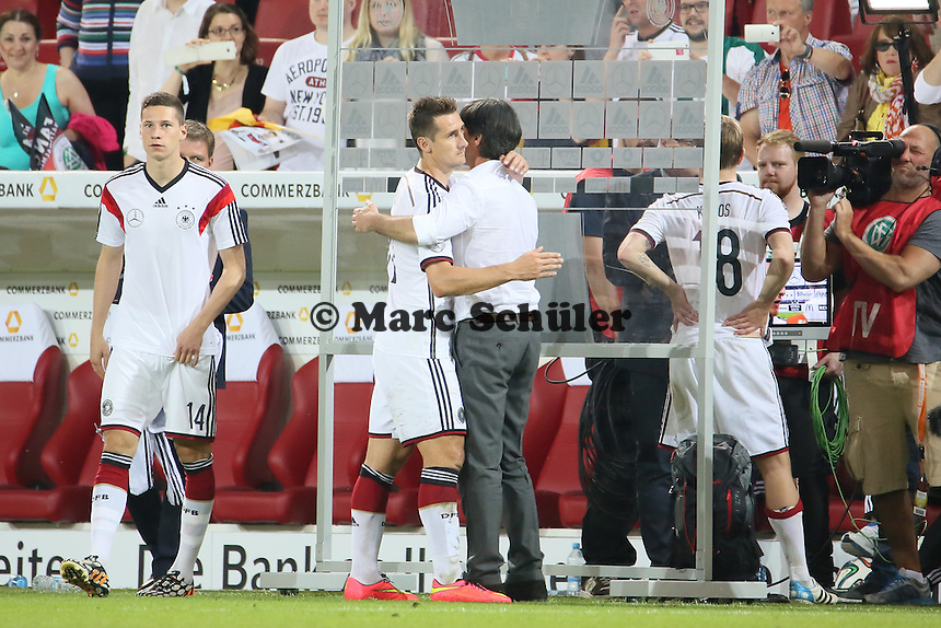 Bundestrainer Joachim Löw beglückwünscht Miroslav Klose (D) zum neuen Rekord - Deutschland vs. Armenien in Mainz