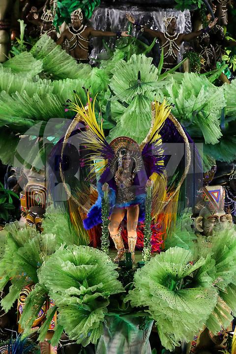 RIO DE JANEIRO, RJ, 17.02.2015 - CARNAVAL 2015 - RIO DE JANEIRO - GRUPO ESPECIAL / BEIJA-FLOR - Integrantes da escola de samba Beija-Flor de Nilópolis durante desfile do grupo especial do Carnaval do Rio de Janeiro, na madrugada desta terça-feira, 17. (Foto: Gustavo Serebrenick / Brazil Photo Press)