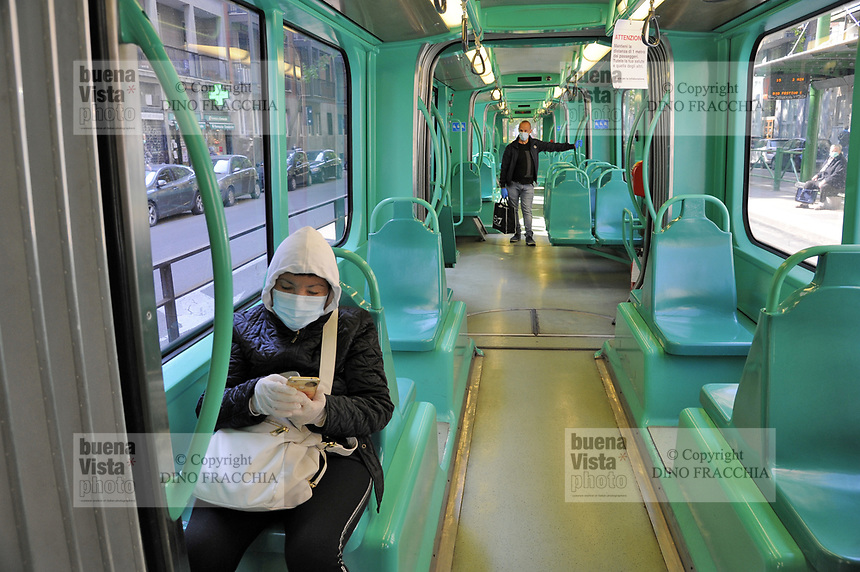 - epidemia di Coronavirus, vivere con la mascherina, in tram, Milano, Aprile 2020<br />