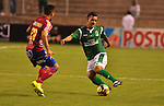 Foto 4: Deportivo Cali y Deportivo Pasto empataron a 0 goles en la novena jornada del Torneo Clausura Colombiano 2013 / Néstor Camacho (d) driblando a Marlon Piedrahita (l)