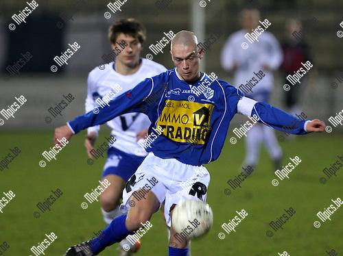 2008-02-23 / Voetbal / Verbr. Geel - KVK Tienen / Kristof Delorge (Feel) aan de bal..Foto: Maarten Straetemans (SMB)