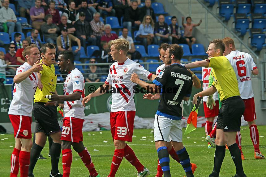 heftige Auseinandersetzung zwischen den Teams mit Platzverweis wegen Tätlichkeit von Odise Roshi - FSV Frankfurt vs. FC Energie Cottbus, Frankfurter Volksbank Stadion