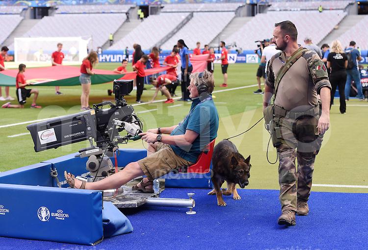 FUSSBALL EURO 2016 FINALE in PARIS Portugal - Frankreich       10.07.2016 Ein Soldat mit Sprengstoffhund durchsucht den Innenraum des Stade de France 4 Stunden vor dem Spiel