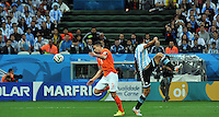 SAO PAULO - BRASIL -09-07-2014. Ezequiel Garay (#2) jugador de Argentina (ARG) disputa un balón con Robin Van Persie (#9) jugador de Holanda (NED) durante partido de las semifinales por la Copa Mundial de la FIFA Brasil 2014 jugado en el estadio Arena de Sao Paulo./ Ezequiel Garay (#2) player of Argentina (ARG) fights the ball with Robin Van Persie (#9) player of Netherlands (NED) during the match of the Semifinal for the 2014 FIFA World Cup Brazil played at Arena de Sao Paulo stadium. Photo: VizzorImage / Alfredo Gutiérrez / Contribuidor